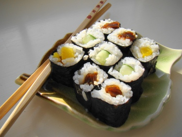 Maki_Sushi_Lunch_on_green_leaf_plate